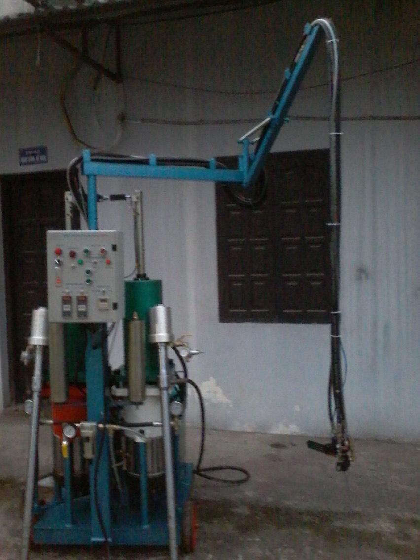 Máy phun PU foam thủy lực áp cao tự xả khí làm sạch đầu trộn